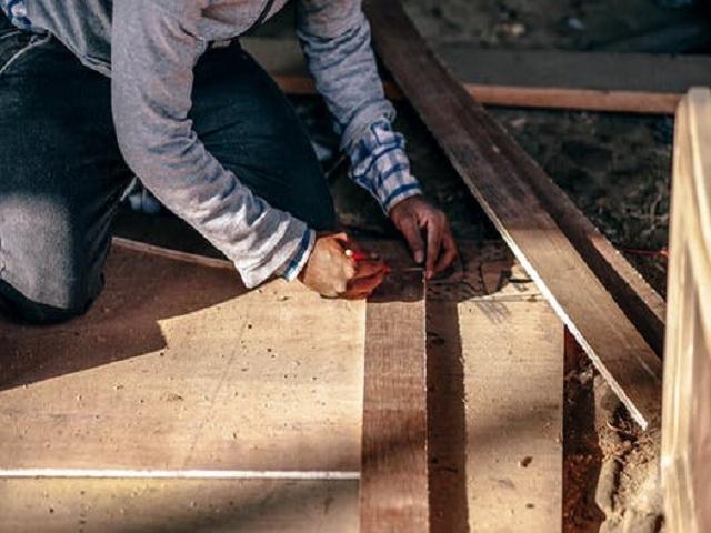 En snickare som bygger